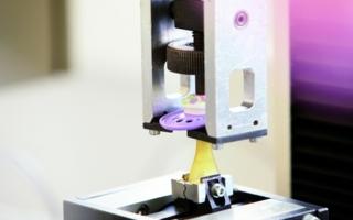 Die MAM-Schnuller unterliegen strengen Qualitätsprüfungen. Deren Zugfestigkeit ist höher als es die EU Norm 1400 fordert.