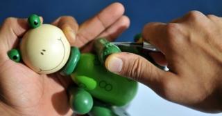 Ein Frosch unter dem Messer: Die Stiftung Warentest untersuchte die Holzspielzeuge auch auf gefährliche Stoffe.