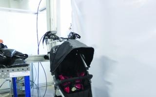 Im Prüflabor wurden die Räder der Buggys angehoben und fallengelassen, um die Festigkeit zu prüfen.
