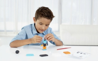 """Heute erschaffe ich mir meinen eigenen Roboter – mit dem entsprechenden Set aus der """"form&play""""-Linie von FIMO kids geht das spielend einfach!"""