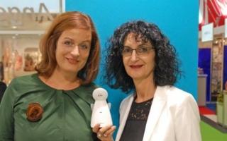 Funny Handel Geschäftsführerin Véronique Hamann (r.) präsentierte in Köln mit PR-Dame Vanessa Ast (ast GmbH) das neue multifunktionale Modell AC1200.