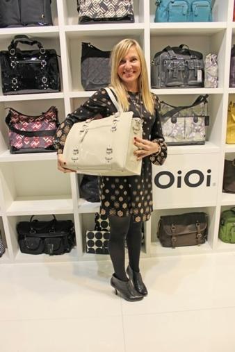 Gut in Szene gesetzt: Cassandra Randolph präsentiert die neue OiOi-Wickeltaschen-Kollektion.