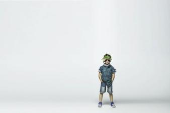 """Im Dschungelfieber: Jungs """"tarnen"""" sich mit kurzen Hosen und Loop-Schals."""