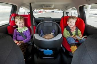 Welche Fahrzeuge am besten Platz für drei Kinder bieten, hat der ADAC nun getestet.