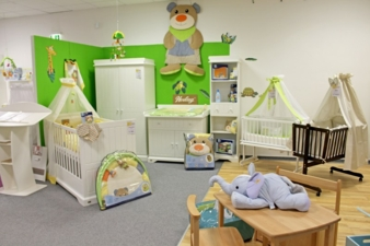 Seit dem Umzug können selbst komplette Einrichtungen fürs Kinderzimmer präsentiert werden.