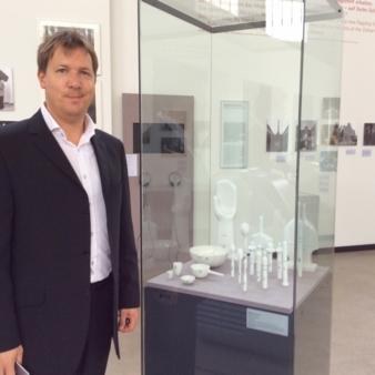 Achim Zolke neben einem Produkt der Siegerausstellung von 1955: Mit den Rosenthal-Porzellangussformen wurden früher Latex-Schnuller gegossen.