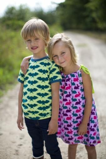 Coole Fledermäuse und hoppelnde Häschen machen Freude beim Tragen und sind ein tolles Sommeroutfit.