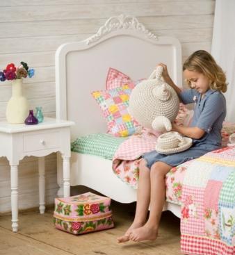 Weiß mit nostalgischen Elementen: Bett Jip lädt zum Schlafen und Spielen ein.