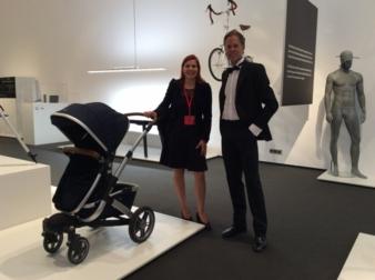 Designer Stam Spangenberg und baby&junior-Redaktionsmitglied Tanja Kraemer mit dem ausgezeichneten Joolz Geo im Red Dot Design Museum Essen.