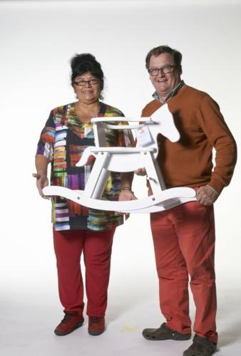 Die mit den Turnschuhen: Rimex Toys-Direktor und Pinolino-Vertreter René van Mierlo und seine Frau Alejandra mit dem Pinolino-Schaukelpferd.