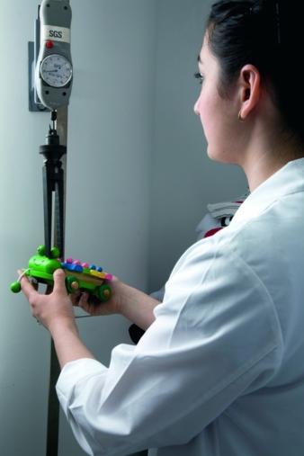 Vor dem Härtetest im Kinderzimmer kommt der Test im Labor. Überprüft werden auch die Akteure der gesamten Produktionskette von Spielwaren. Foto:...