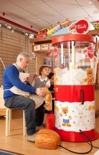 An der Plüschtiermaschine des neuen Trudi in-store Konzepts basteln sich die Kleinen ihren eigenen Teddy.