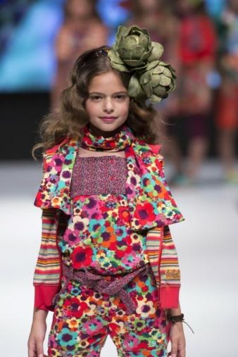 Bóboli: Blumen auf der Kleidung und Gemüse im Haar. Foto: Marcos Soria