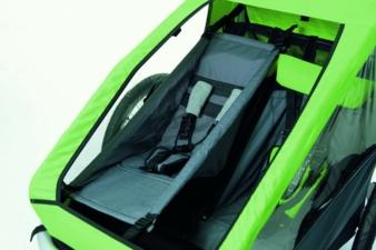 Gemütlich wie in der Hängematte: Der Croozer Babysitz wird in den Anhänger gespannt und sorgt so für eine stützende Liege-Sitzfläche.