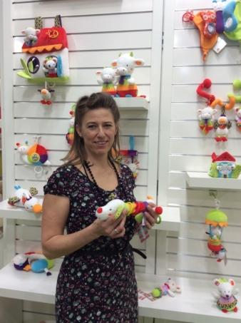 Chef-Designerin Mounett Fischer von babyFehn zeigt auf der Spielwarenmesse stolz die neue Produkte der Babylinie.