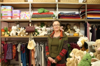 Inhaberin Eva-Maria Engelhardt inmitten ihrer liebevoll ausgewählten Produkte.