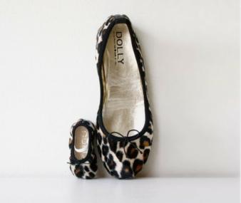 Ausgewählte Stücke wie etwa die Leoparden-Ballerinas von Dolly gibt es bei kid-à-porter auch für Mamas.