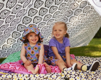 Sonnenblumen, Häschen und Eulen kommen auf der Kinderkleidung aus Dänemark groß heraus.