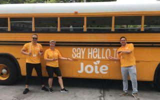 Joie-Team vor Schulbus